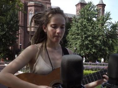 Alidé Sans playing guitar