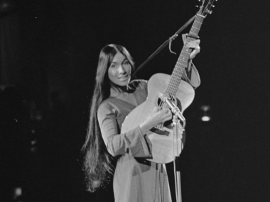 Buffy Sainte-Marie, 1968, image courtesy of Nationaal Archief, Den Haag, Rijksfotoarchief: Fotocollectie Algemeen Nederlands Fotopersbureau (ANEFO), 1945-1989, provided through Wikimedia Commons.