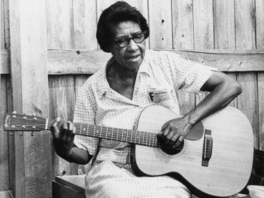 Elizabeth Cotten performs at the 1968 Newport Folk Festival Photograph by Diana Davies. Center for Folklife and Cultural Heritage, Smithsonian Institution.