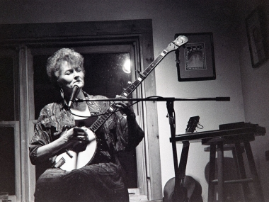 Peggy Seeger plays the Left Bank Café in Blue Hill, Maine, circa early 1990s. Photography by Diana Davies, Ralph Rinzler Folklife Archives and Collections.